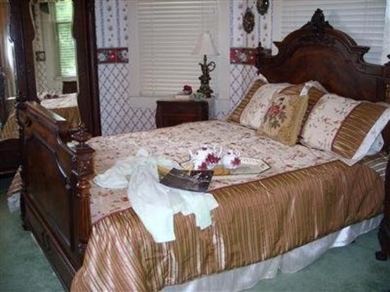 Granny Lou's B&B: Guest Room -OpenTravel Alliance - Guest Room-