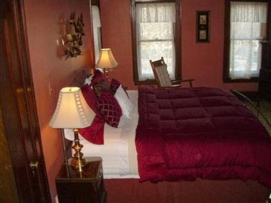 The Mansion Bed & Breakfast: Guest Room