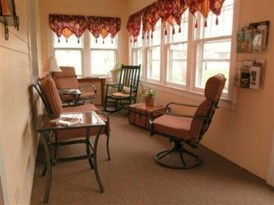 Hillcrest Hide-Away Bed and Breakfast: Front Porch