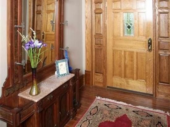 Victorian Tudor Inn: Interior
