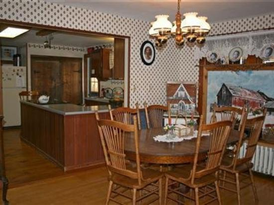 Spruce Lodge Bed and Breakfast: Dining