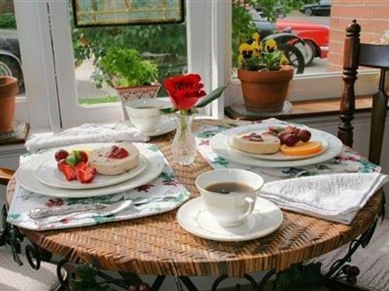 ‪‪Brick Inn Bed and Breakfast‬: Sun porch Breakfast‬