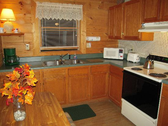 Misty Creek Log Cabins: Kitchen in one of the cabins