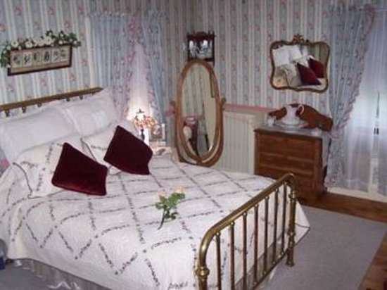 Bellinger Rose Bed & Breakfast: Victorian Rose Room