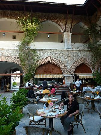 Club Kervansaray Kusadasi: Breakfast in the courtyard