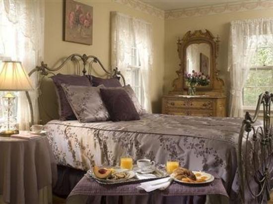 Colonial Gardens Bed & Breakfast : Primrose