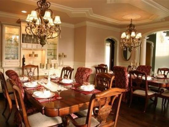 Flo's Hideaway: Dining Area