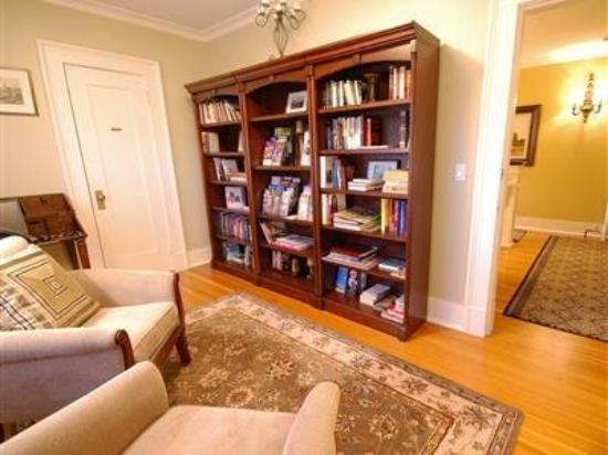 Haddon House Bed & Breakfast: Library