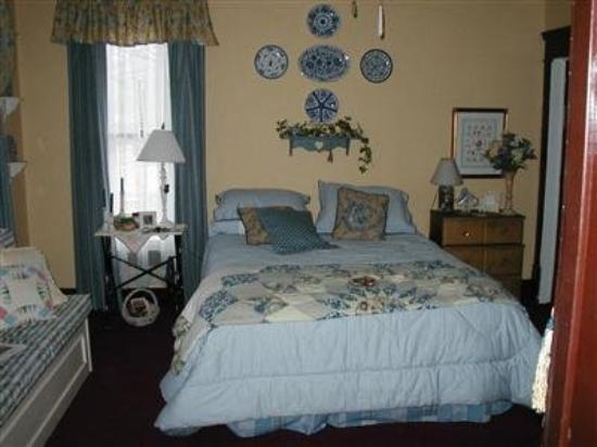 Silk Stocking Row: Guest Room