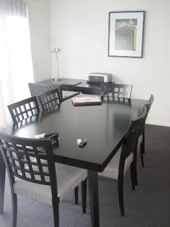 Blue Peaks Apartments: plenty of room in the dining area