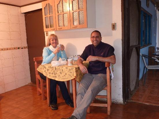 Hostal Petero Atamu: Snack time in kitchen