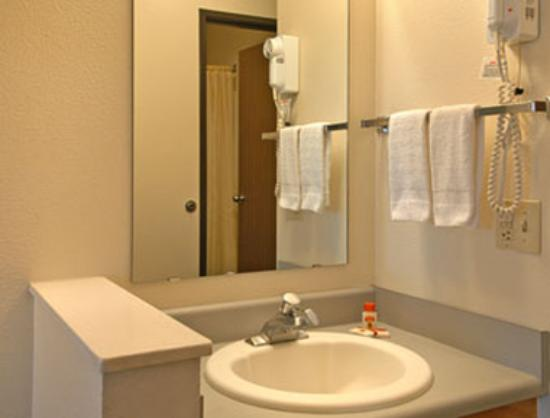 Super 8 by Wyndham Bloomfield: Bathroom