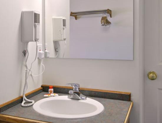 Rodeway Inn: Bathroom