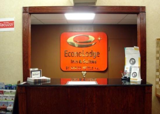 Econo Lodge Inn & Suites Warren: Lobby