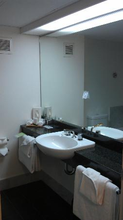 Novotel Sydney Parramatta: Bathroom layout