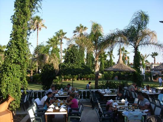 Club Hotel Sera : Blick vom Hauptrestaurant auf die Gartenanlage