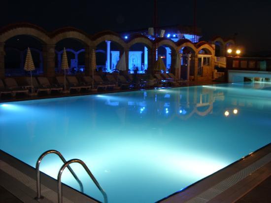 Club Hotel Sera: Meerwasserpool bei Nacht