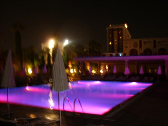 Club Hotel Sera: Süßwasserpool bei Nacht