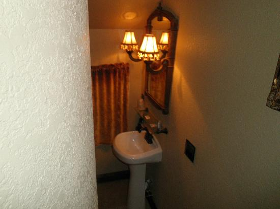Arrowhead Manor: Bathroom