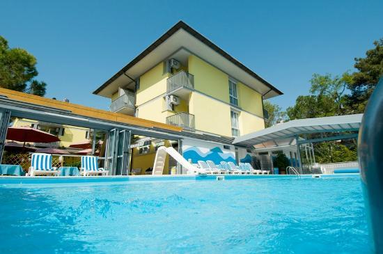 Ai Pini: Veduta piscina e hotel