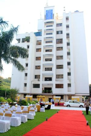 Oritel Service Apartments: Hotel View from pool Side Lawn