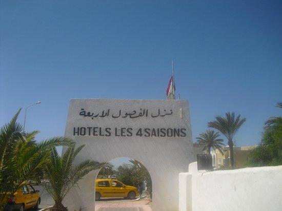 Hotel Les Quatre Saisons:                   panneau de l'hôtel a l'entrée