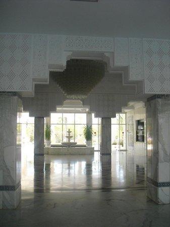 Hotel Les Quatre Saisons:                   entrée intérieur de l'hôtel