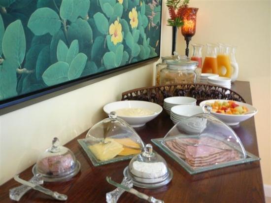 Double Dutch B & B: Buffet at breakfast