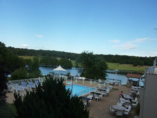 Novotel Limoges le Lac : Vue de la chambre sur piscine, restaurant & lac