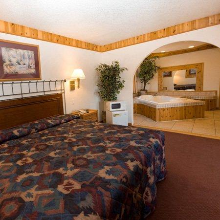 North Country Inn and Suites: NDNorth Country Inn Mandan Bed Jacuzzi