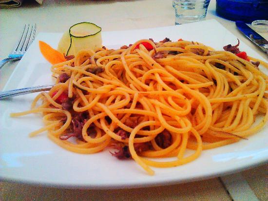 La Scesa: spaghetti calamaretti pomodorini carciofi e rosmarino