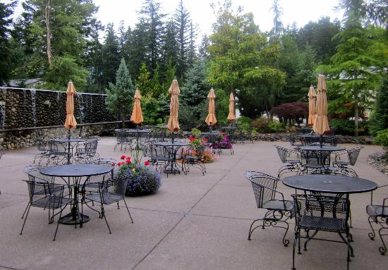Bonneville Hot Springs Resort & Spa: Dining patio