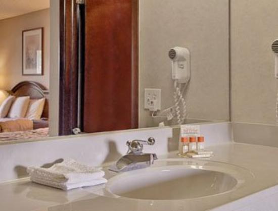 A Victory Hotel: Bathroom