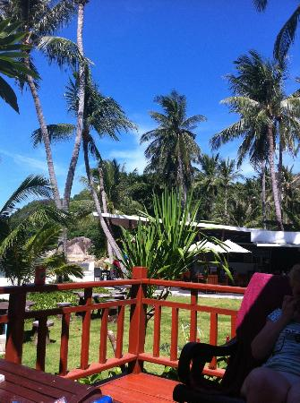 Promtsuk Buri: Looking over to the bar / restaurant