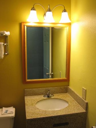 Aqua Breeze Inn: Bathroom