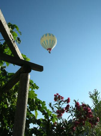 Sarihan Cave Hotel: Hot air balloons float by every morning