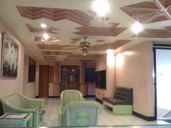 Evergreen Hotel: lobby
