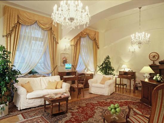 Louren Hotel: Lobby