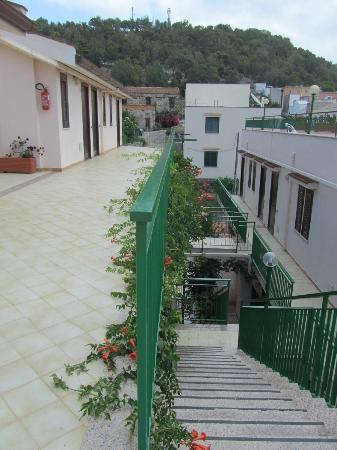 Ustica Hotel Residence: Terrazzo corridoio delle camere