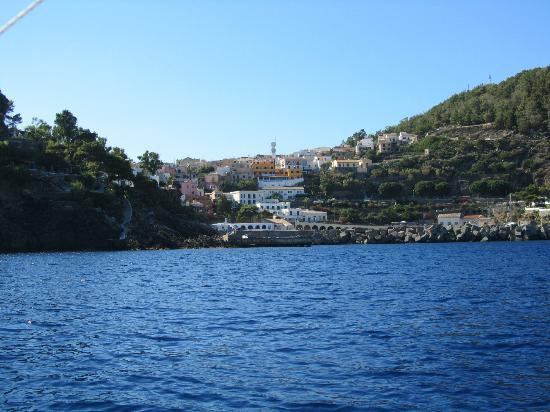 Ustica Hotel Residence: Paese Ustica dal mare