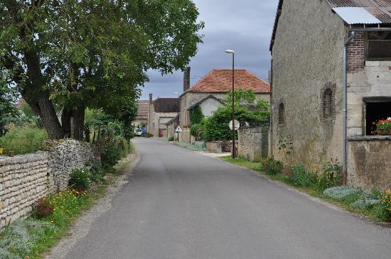 Logis Aux Maisons : Village main street
