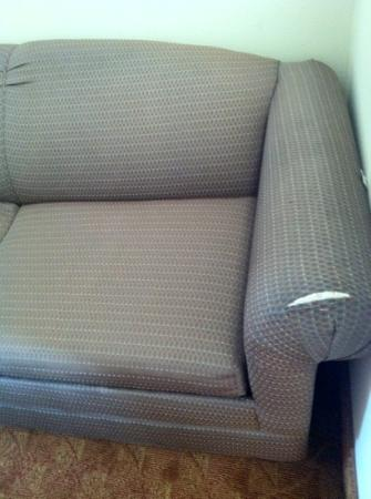 Comfort Suites: torn sofa