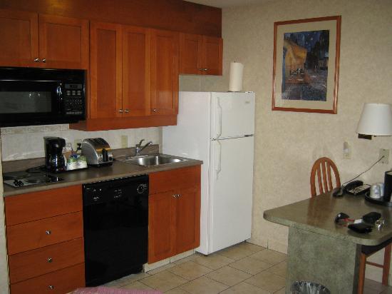 Hampton Inn & Suites By Hilton Calgary- University Northwest: kitchen