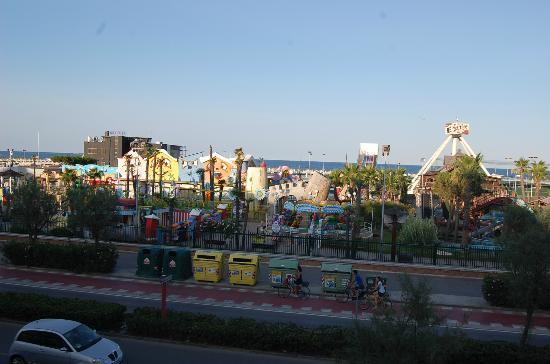 Hotel Ideal : parco giochi visto da una stanza fronte mare