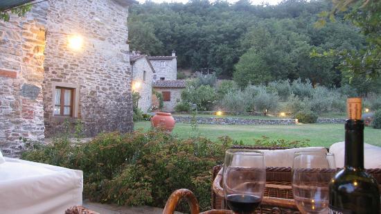 Agriturismo Azienda Agricola il Pozzo: Enjoying a glass of Vino Rosso