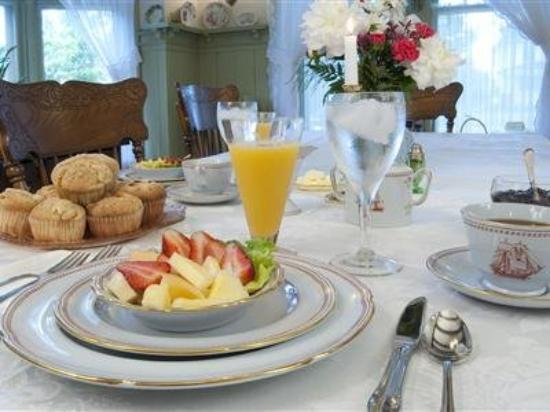 Red Forest Bed and Breakfast: Dining