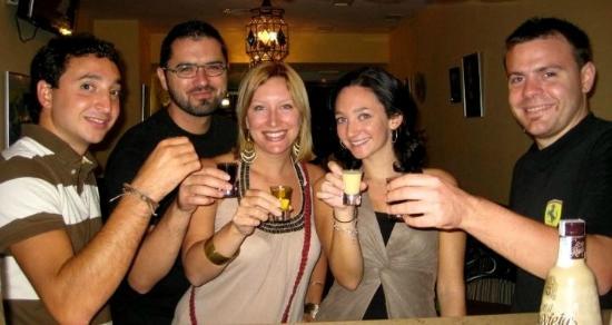 Totes y Amigos Bar: Chupitos en la barra / Shots at the bar.