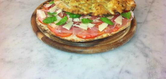 Pizzeria da Fede' : Focaccia prosciutto crudo , pomodorini , pecorino e basilico