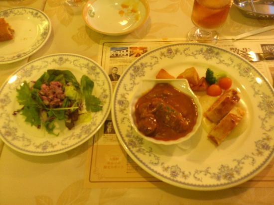 Gotoken Restaurant Yukikawatei: ロシア料理ミニコースのサラダとビーフストロガノフとサーモンのパイ