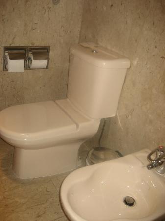 Dubai Marine Beach Resort and Spa: Bathroom